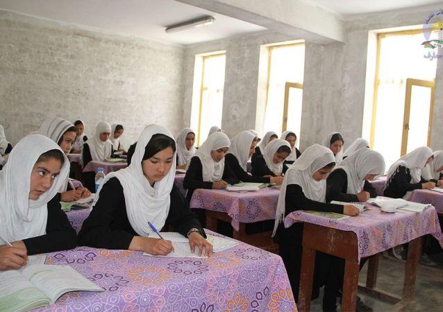 در بلخ تمام دختران دانشآموز به مکتب میروند