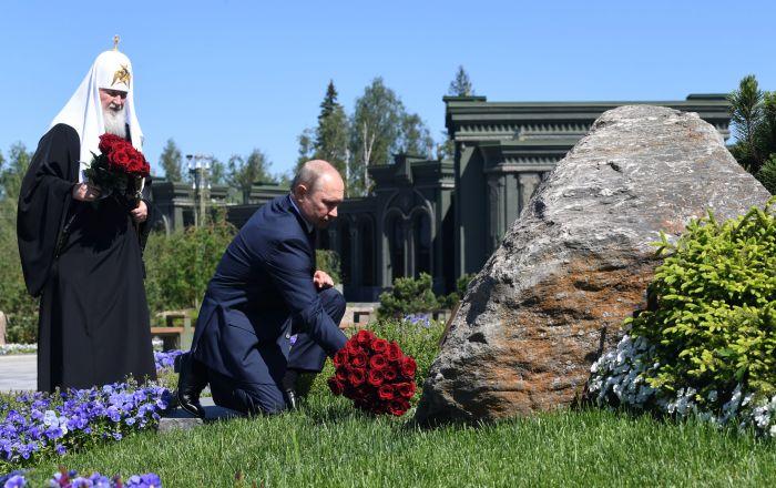 ولادیمیر پوتین رئیس جمهور روسیه و اسقف مسکو و تمام روسیه کیریل در مراسم گل گذاری به پای مجسمه مادران برندگان در کلیسای اصلی نیروهای مسلح