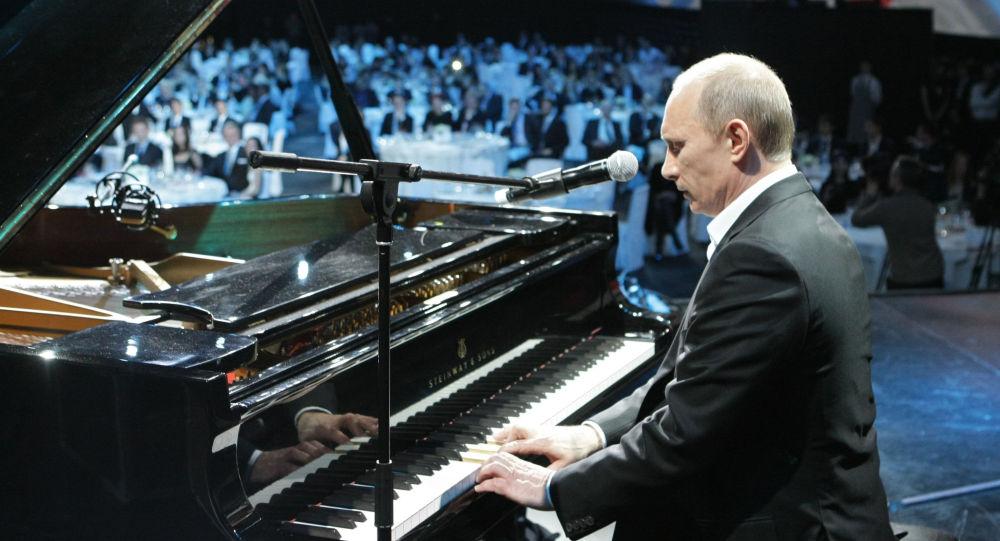 ولادمیر پوتین در پیانو قدیمی نواخت