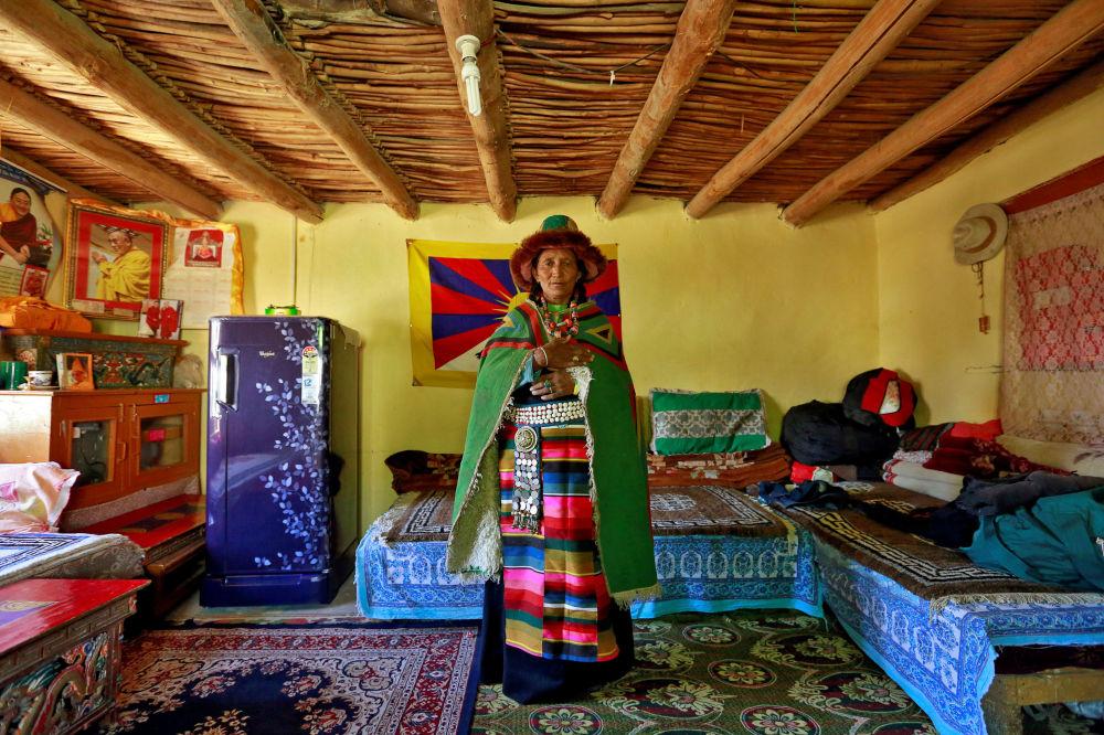 یک زن خانه با لباس خانگی در خانه خود